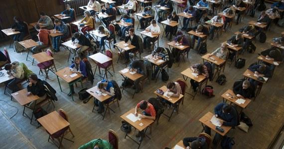 """RMF FM i """"Dziennik Gazeta Prawna"""" pomagają uczniom klas ósmych szkół podstawowych w przygotowaniach do przyszłorocznych egzaminów. Dziennik od poniedziałku do środy będzie zamieszczał zadania z języka polskiego, matematyki i języka angielskiego. W Faktach RMF FM będziemy je rozwiązywać razem z ósmoklasistami."""