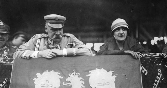 Do historii przeszła jako towarzyszka życia, a następnie żona Józefa Piłsudskiego. Powtarza się o niej niestworzone plotki. I spycha na margines jej olbrzymie zasługi.