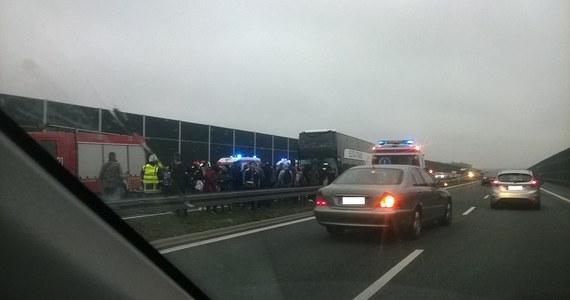 Karambol na A4. Osiem osób zostało poszkodowanych w wyniku zderzenia pięciu pojazdów - w tym autokaru - na autostradzie A4. Do zdarzenia doszło w miejscowości Proszówki  w gminie Bochnia. Jezdnia w stronę Krakowa przez kilka godzin była zablokowana.