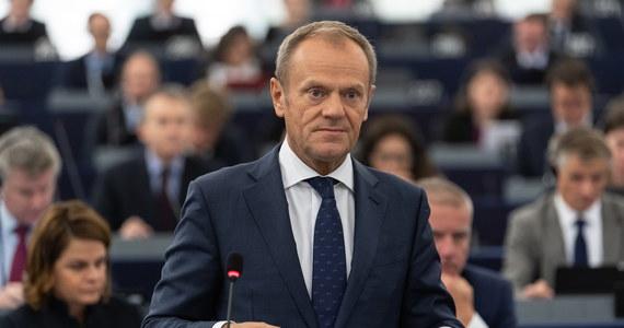 """Dziś o godzinie 10:00 zbierze się sejmowa komisja śledcza ds. Amber Gold, która zaplanowała na ten dzień przesłuchanie b. premiera, a obecnie szefa Rady Europejskiej Donalda Tuska. Szefowa komisji Małgorzata Wassermann pytana o to, czy Tusk stawi się przed komisją, powiedziała, że ani z nim ani z jego pełnomocnikiem Romanem Giertychem nie da się niczego uzgodnić. """"Ważne przesłuchanie, mam nadzieję, że będzie przebiegało spokojnie"""" – mówiła."""