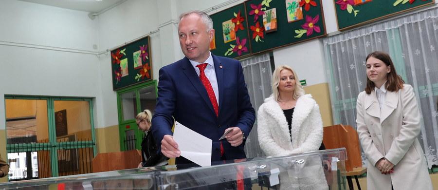 Bezpartyjny Ludomir Handzel został wybrany na prezydenta Nowego Sącza. Pokonał kandydatkę Zjednoczonej Prawicy Iwonę Mularczyk. Jak podała Państwowa Komisja Wyborcza, uzyskał w drugiej turze wyborów 58,35 proc. głosów.