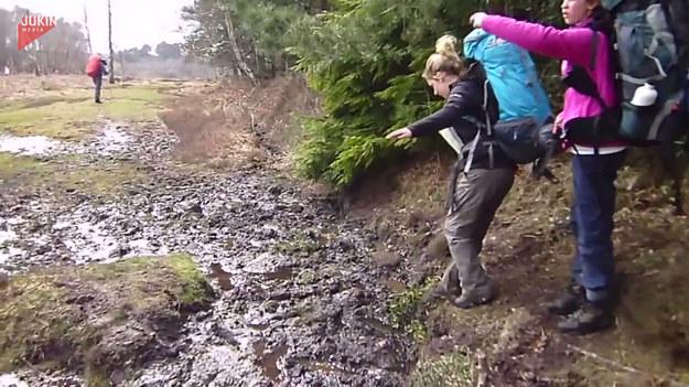 Jak przejść przez błotniste bagno? Te dziewczyny spróbowały pokonać naturalną przeszkodę. Udało się?