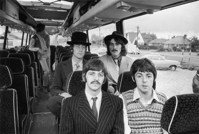 """Z okazji 50-lecia """"Białego Albumu"""" The Beatles do sieci trafił nowy teledysk do piosenki """"Glass Onion"""". To utwór pełen cytatów z repertuaru Fab Four. Sam teledysk został zmontowany w większości z materiałów archiwalnych."""