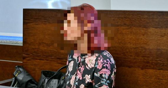 Przed sądem we Wrocławiu rozpoczął się proces przedszkolanki, która w lutym ubiegłego roku wylała wrzątek na 3,5-letnią dziewczynkę. Kobieta niosła wodę, by zaparzyć sobie herbatę. Przechodząc nad śpiącymi dziećmi, straciła równowagę. Oblana wrzątkiem dziewczynka doznała oparzeń blisko 16 procent powierzchni ciała. Przedszkolanka przyznała się do winy i chciała dobrowolnie poddać się karze, ale sprzeciw zgłosił prokurator, a kolejnego wniosku nie uwzględnił sąd.