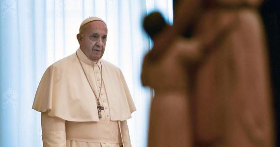 """Papież przyjął delegację rabinów Światowego Kongresu Żydów z Gór Kaukazu, pochodzących z kilku krajów. Podczas spotkania w Watykanie Franciszek podkreślał, że konieczne jest wspominanie Holokaustu. """"Jeśli ludzkość nie wyciągnie lekcji z najczarniejszych stron historii, godność człowieka pozostanie martwą literą"""" - mówił papież."""