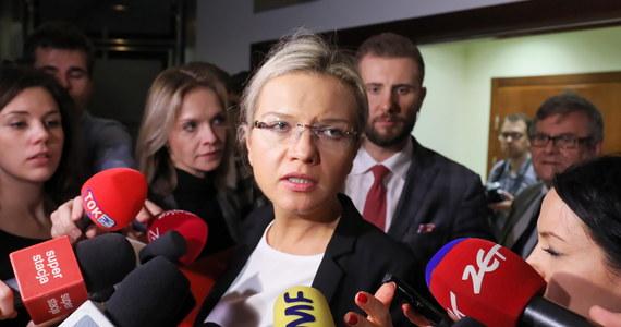 """""""Donald Tusk w ogóle nie panował nad tym, co dzieje się w państwie polskim"""" - oświadczyła po przesłuchaniu byłego premiera przed sejmową komisją śledczą ds. Amber Gold jej szefowa Małgorzata Wassermann. W rozmowie z dziennikarzami stwierdziła, że okres rządów Donalda Tuska """"to był czas dla przestępców jak Marcin P."""", a także, że """"Michał Tusk pozostał bez żadnej ochrony"""", więc """"tak naprawdę każdy mógł dotrzeć do syna premiera, każdy przestępca"""". Pytana, czy jej komisji wystarczy jedno przesłuchanie byłego szefa rządu, posłanka Prawa i Sprawiedliwości odparła, że """"dzisiaj wpłynęły do komisji śledczej kolejne akta z Agencji Bezpieczeństwa Wewnętrznego"""" i nie wie, czy jest to ostatnia partia materiałów od ABW."""