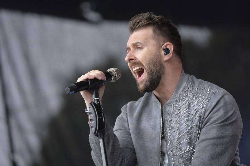"""Po trzech latach od wydania albumu """"Momenty"""", który pokrył się platyną, Grzegorz Hyży pokazał się w całkowicie nowej odsłonie! Opublikował utwór """"Król nocy"""", a fani byli zachwyceni zmianą wizerunku. Sam wokalista opowiedział o przemianie."""