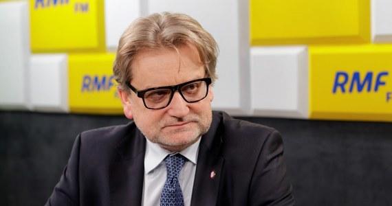 """Główny Inspektor Sanitarny był pytany w Popołudniowej rozmowie w RMF FM o to, co sądzi o propozycji Krajowego Konsultanta ds. epidemiologii, która chce, by osoby, które przyjeżdżają do Polski wykazywały, że są zaszczepione. """"Ministerstwo Zdrowia wspólnie z MSWiA oraz GIS przygotowuje takie rozporządzenie, ale na razie nie chciałbym zdradzać, jak ono będzie wyglądało"""" – odpowiedział Jarosław Pinkas. Dopytywany o podstawowe założenia rozporządzenia, stwierdził: """" Może tam być po pierwsze to, że pracodawca, który przyjmuje cudzoziemca do pracy powinien zadbać o stan jego zdrowia (…) to powinien być obowiązek""""."""