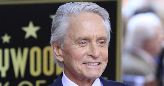 Michael Douglas - amerykański aktor, producent filmowy i scenarzysta, laureat dwóch Oscarów odsłonił swoją gwiazdę w hollywoodzkiej Alei Sław. Zrobił to w obecności m.in. swego ojca, 101-letniego Kirka Douglasa.