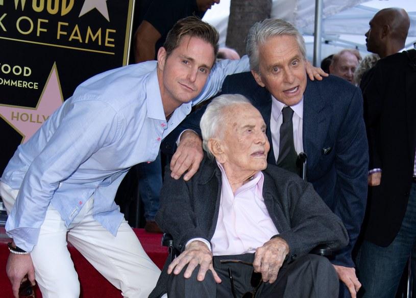 Amerykański aktor, producent filmowy i scenarzysta, laureat dwóch Oscarów Michael Douglas odsłonił we wtorek, 6 listopada, swoją gwiazdę w hollywoodzkiej Alei Sław. Uczynił to w obecności m.in. swego ojca, legendy kina, 101-letniego Kirka Douglasa.