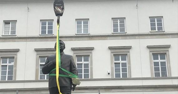 Pomnik Lecha Kaczyńskiego jest już w Warszawie. Wykonana z brązu ponad 3-metrowa figura byłego prezydenta została przywieziona na lawecie przed siedzibę Garnizonu Warszawa.