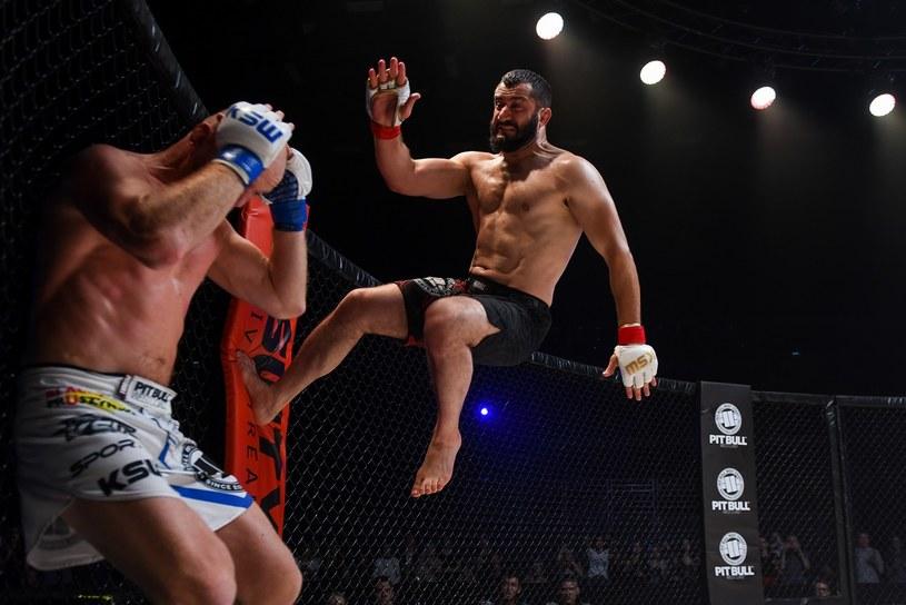"""11 stycznia do kin wchodzi długo oczekiwany pierwszy polski film o MMA. """"Underdog"""" to widziany oczami zawodnika, inspirowany prawdziwymi wydarzeniami, obraz kulis świata spektakularnych walk MMA. Dziś prezentujemy zwiastun filmu z Erykiem Lubosem i Mamedem Khalidovem w rolach głównych."""