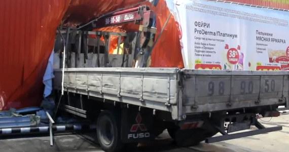 Do groźnie wyglądającego wypadku doszło w rosyjskim Irkucku. Rozpędzona ciężarówka przebiła ścianę supermarketu.