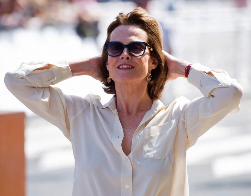 """Sigourney Weaver, gwiazda serii """"Obcy"""", a także filmów """"Pogromcy duchów"""", """"Goryle we mgle"""", """"Pracująca dziewczyna"""" oraz """"Avatar"""", określana mianem królowej science fiction, przeżywa właśnie drugą młodość."""