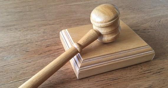 Sąd Apelacyjny w Łodzi oddalił apelację firmy ochroniarskiej, która domaga się od ubezpieczyciela wypłacenia odszkodowania za kradzież prawie 8 mln złotych. Przestępstwa dopuścił się m.in. jeden z jej pracowników. Mężczyzna, przygotowując się do akcji, zmienił wygląd i podał fałszywe dane osobowe.