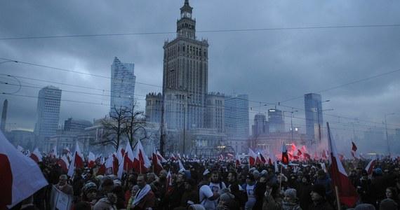 Hanna Gronkiewicz-Waltz zakazała Marszu Niepodległości. Jego organizatorzy zapowiedzieli odwołanie do sądu i jednocześnie, że Marsz i tak przejdzie ulicami Warszawy. Wojewoda - milczy. Na tym tle trwają zmagania prawników, usiłujących rozstrzygnąć, kto ma rację w tym sporze. Ostateczne rozwiązanie możemy poznać dopiero w chwili, kiedy manifestacja powinna ruszyć.