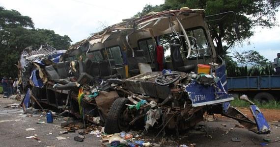 Co najmniej 47 osób zginęło w czołowym zderzeniu dwóch autobusów na drodze łączącej Harare z Rusape we wschodniej części Harare - podała policja. Niewykluczone, że ofiar jest więcej.
