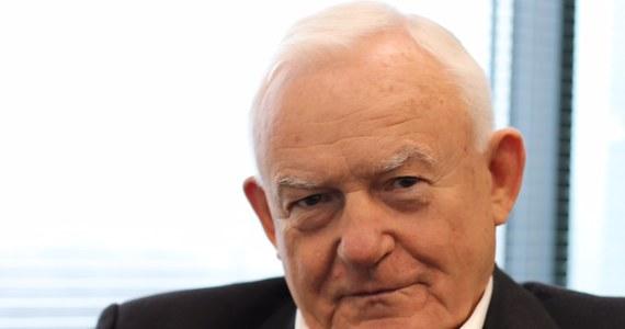 """""""Nie pójdę (na Marsz Państwowy 11 listopada), dlatego że nawet jeżeli pan prezydent Duda i pan premier Morawiecki staną na czele tego marszu, to przecież wiadomo, kto będzie za ich plecami"""" - mówi w Porannej rozmowie w RMF FM były premier Leszek Miller. """"Chodzi o tych, którzy ten marsz od dawna zapowiadali. Co więcej, mieli wszystkie możliwe zgody do pewnego czasu. Uzyskali w zeszłym roku decyzję wojewody, że to jest marsz cykliczny, czyli przez 4 lata mogą go organizować"""" - dodał. """"Decyzja pani Gronkiewicz-Waltz mi się nie podoba i ona prawdopodobnie zostanie obalona przez sąd"""" - tak Leszek Miller odniósł się do wczorajszej decyzji Hanny Gronkiewicz-Waltz o zakazie organizacji Marszu Niepodległości."""