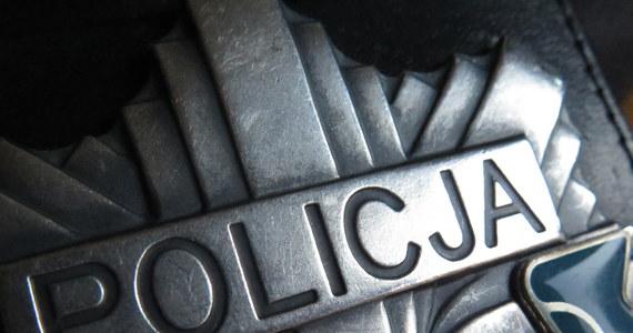 Lawinowo rośnie liczba funkcjonariuszy na zwolnieniach lekarskich w całej Polsce. Według naszych nieoficjalnych ustaleń, nawet 40 procent mundurowych w całym kraju jest na L4. Policjanci są wysyłani tylko do najpilniejszych spraw, a na przyjazd patrolu trzeba czekać czasem nawet kilka godzin. Dzisiaj o godzinie 11 spotkają się przedstawiciele Ministerstwa Spraw Wewnętrznych i Administracji z protestującymi policjantami.