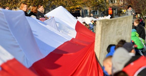 11 listopada bądźmy razem pod biało-czerwoną flagą, pamiętając, że Polskę odbudowały podobieństwa, a różnice zeszły na dalszy plan. Niech tym, co nas łączy, będzie radość z Polski i duma z polskości - zaapelował premier Mateusz Morawiecki w spocie dotyczącym 100. rocznicy odzyskania przez Polskę niepodległości.