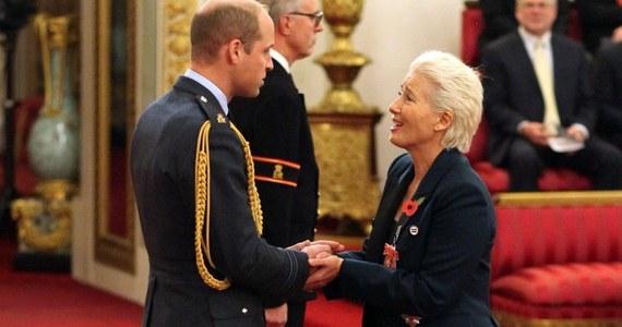 """Emma Thompson odebrała z rąk księcia Williama Order Imperium Brytyjskiego za swoją działalność artystyczną. Od teraz aktorce przysługuje tytuł """"Dame"""". Na uroczystości w Pałacu Buckingham towarzyszyła gwieździe jej rodzina."""