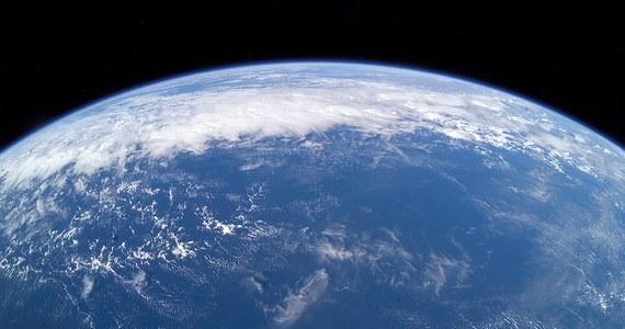 """Naukowcy z Arizona State University mają nową teorię na temat pochodzenia wody na Ziemi. Ich zdaniem, poza wodą którą przyniosły na naszą planetę planetoidy i ewentualnie komety, na Ziemi może być woda pochodząca bezpośrednio z gazów, pozostałych w otoczeniu Słońca po jego powstaniu. Do jej utworzenia przyczynił się wodór zgromadzony we wnętrzu naszej planety. Hipoteza, opisana w pracy opublikowanej na łamach czasopisma """"Journal of Geophysical Research: Planets"""" może pomóc w analizie procesów powstawania planet pozasłonecznych i ocenie szans na istnienie tam warunków, sprzyjających powstaniu życia."""