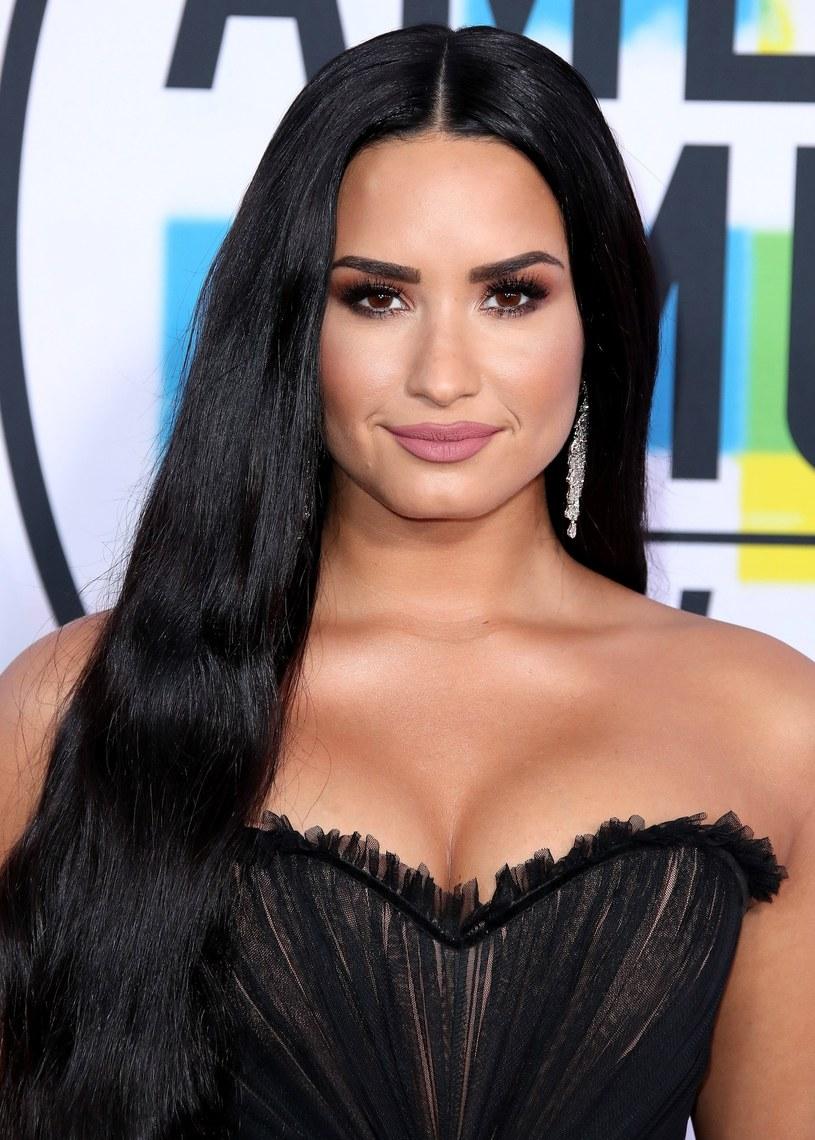 Powrót Demi Lovato nie nastąpi tak szybko, jak wszyscy sądzili. Wokalistka w swoim domu będzie spędzać na razie cztery dni w tygodniu, a resztę w specjalnym ośrodku przejściowym. W ten sposób ma powoli przystosowywać się do normalnego życia.