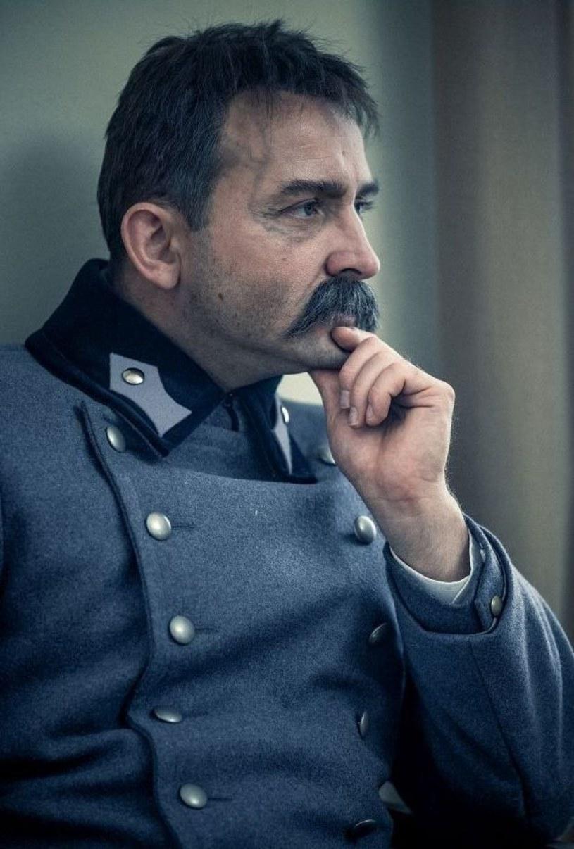 """Jesienią 2019 roku w kinach pojawi się film Michała Rosy """"Piłsudski"""". To nie będzie klasyczna biografia Marszałka, ale opowieść o człowieku - skomplikowanym, natchnionym, upartym. O jego życiowych wyborach, desperackiej potrzebie działania. Historia pełna zwrotów akcji, z wyrazistym, idącym krok przed wszystkimi bohaterem, który swoje życie podporządkował walce o niepodległą Polskę."""