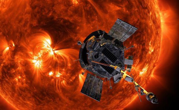 NASA potwierdziła, że sonda Parker Solar Probe przetrwała pierwsze zbliżenie do Słońca i przesłała na Ziemię sygnał wskazujący, że jej aparatura pracuje normalnie. W poniedziałek sonda wykonała pierwszy z 24 przelotów wokół naszej gwiazdy i zbliżyła się do niej na rekordowo bliską odległość zaledwie 24 milionów kilometrów. Na wyniki prowadzonych przez aparaturę Parker Solar Probe pomiarów będziemy jednak musieli jeszcze poczekać, ich przesłanie będzie możliwe dopiero wtedy, gdy pojazd oddali się od Słońca na odpowiednio dużą odległość.
