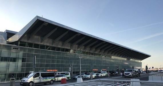 Awaryjne lądowanie na Lotnisku Chopina w Warszawie. Bombardier Q400 Polskich Linii Lotniczych LOT lecący ze stolicy do Krakowa musiał zawrócić do portu w Warszawie z powodu awarii systemu hydraulicznego.