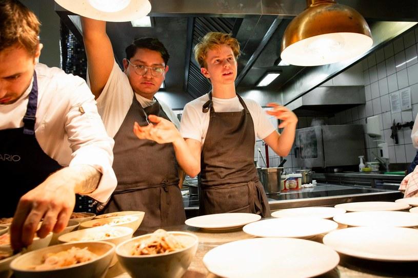 """Jako dwunastolatek otworzył we własnym domu klub kolacyjny. Jako szesnastolatek znalazł się na okładce """"The New York Timesa"""". Jako dziewiętnastolatek otworzył własną restaurację w Nowym Jorku. Na ekrany polskich kin trafił właśnie dokument Camerona Yatesa """"Chef Flynn - najmłodszy kucharz świata""""."""