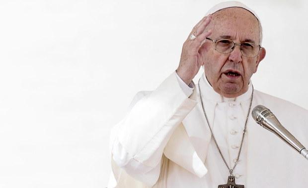 """Papież Franciszek ponownie skrytykował wyznaczanie przez parafie opłat za sakramenty. Podczas porannej mszy w kaplicy Domu świętej Marty w Watykanie w piątek mówił, że nie należy ustalać """"cenników"""", a datki należy dawać tak, by nie było wiadomo, ile wynoszą."""