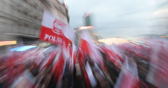 Za niespełna 48 godzin, w niedzielę o 14:00 z Ronda Dmowskiego ma wyruszyć organizowany przez narodowców Marsz Niepodległości. Wciąż jednak nie wiemy, czy cykliczny marsz nie zostanie wyparty przez uroczystości państwowe, w tym samym czasie i miejscu. Wywołany przez władze chaos prawny w niedzielę może się przenieść na ulice.