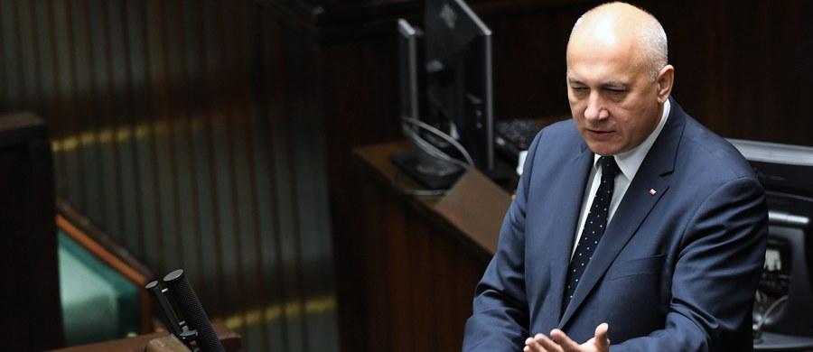 """""""Nigdy nie chowałem się i nie zamierzam chować się za plecami moich zastępców. Jako minister spraw wewnętrznych i administracji odpowiadam za to, co się dzieje w policji"""" – powiedział w piątek w Sejmie szef MSWiA Joachim Brudziński."""