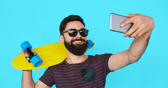 """Ciągła obecność na portalach społecznościowych, a szczególnie częste publikowanie tam swoich selfies, jest oznaką narcyzmu i prowadzi do nasilenia się tej cechy osobowości - przyznają na łamach czasopisma """"The Open Psychology Journal"""" naukowcy ze Swansea University i Milan University. Wyniki prowadzonych przez nich badań pokazały, że wśród osób najaktywniej publikujących objawy narcyzmu mogą nasilić się w ciągu zaledwie czterech miesięcy nawet o jedną czwartą."""