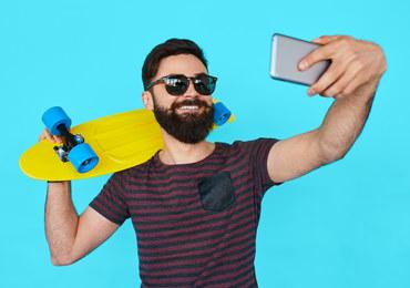 Tak, obsesyjne publikowanie selfies nasila objawy narcyzmu...