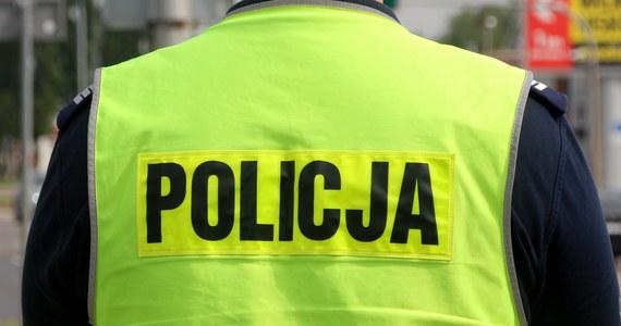 Mężczyzna skrępowany łańcuchami - znaleziony w zaroślach przy ulicy Tynieckiej w Krakowie. 50-latek miał na ciele ślady pobicia i przypalania papierosami.