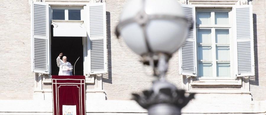 """""""Inwestujmy w pokój, a nie w wojnę"""" - powiedział papież Franciszek nawiązując do setnej rocznicy zakończenia pierwszej wojny światowej. Pozdrowił też znajdujących się na placu św. Piotra Polaków."""
