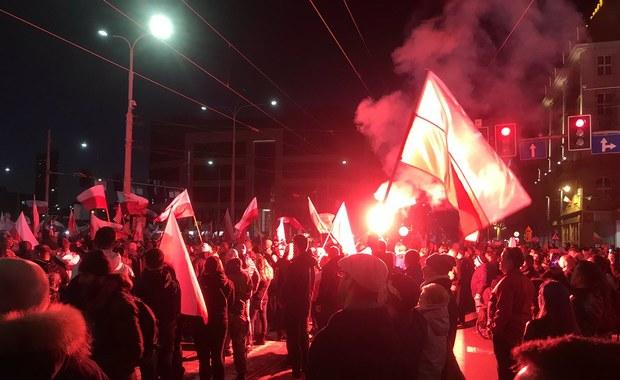 Marsz Polski Niepodległej rozwiązany. Decyzję podjęli wrocławscy urzędnicy powołując się na bezpieczeństwo. Według nieoficjalnych informacji Marsz rozwiązano z powodu mowy nienawiści, jaka pojawiła się podczas pochodu. Marsz Niepodległej Polski organizowany przez środowiska narodowe, w tym byłego księdza Jacka Międlara oraz Piotra Rybaka, który został prawomocnie skazany za spalenie w 2015 r. na wrocławskim rynku kukły symbolizującej Żyda. Prezydent Wrocławia Rafał Dutkiewicz chciał zakazać marszu, ale jego decyzja została uchylona przez sąd.