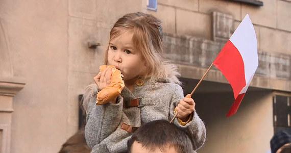 """Kompanie wojska, policji i straży miejskiej, a przede wszystkim tłumy krakowian przemaszerowały ulicami stolicy Małopolski w 100. rocznicę odzyskania przez Polskę niepodległości! """"To święto się staje się coraz bardziej rodzinne, ludzie bardzo fajnie je przeżywają. Chcemy wychować córkę na młodą patriotkę: by kochała swój kraj i się go nie wstydziła"""" - podkreślała uczestniczka pochodu. Zobaczcie!"""