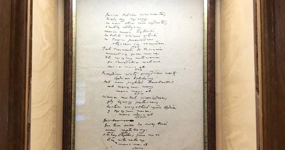 """""""Póki my żyjemy"""" zamiast """"kiedy my żyjemy"""" - to najczęstszy, ale nie jedyny błąd popełniany podczas wykonywania """"Mazurka Dąbrowskiego"""" - przyznają pracownicy Muzeum Hymnu Narodowego w Będominie. W Stulecie Niepodległości odwiedzamy miejsce, w którym urodził się Józef Wybicki, autor słów """"Pieśni Legionów Polskich we Włoszech""""."""