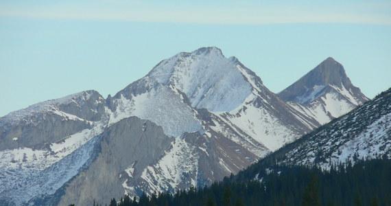 Piękna pogoda w Tatrach i długi weekend spowodowały spory ruch na tatrzańskich szlakach. Ratownicy TOPR przestrzegają jednak turystów wybierających się w najwyższe rejony gór przed bardzo groźnymi oblodzeniami.