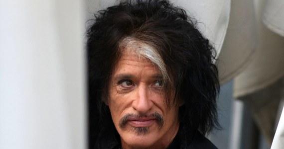 """Gitarzysta Aerosmith Joe Perry trafił do szpitala. Gwiazdor wystąpił gościnnie na koncercie Billy'ego Joela w Nowym Jorku. Po zagranym utworze """"Walk This Way"""" zszedł ze sceny i zaczął mieć problemy z oddychaniem. Podano mu tlen i wykonano tracheotomię, a następnie przewieziono do szpitala."""