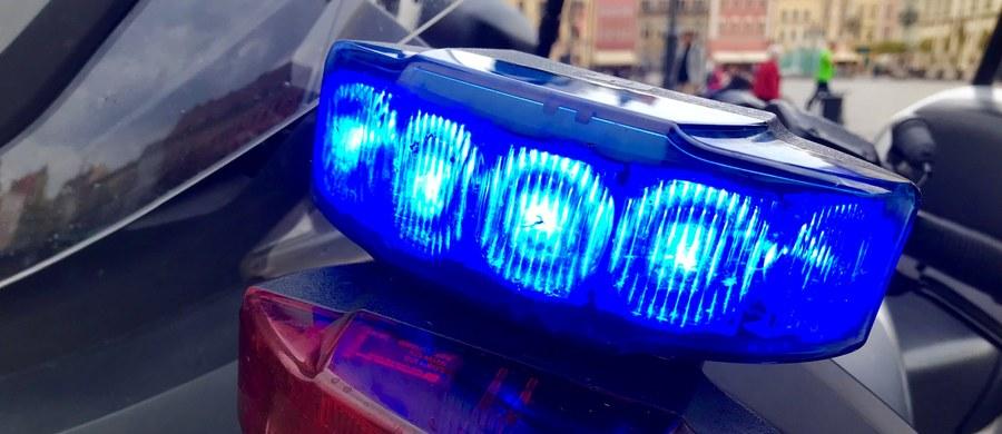 Policja szuka złodziei, którzy wysadzili i okradli bankomat przy jednym z marketów w Babimoście w powiecie zielonogórskim. Jak informuje rzecznik, do napadu doszło w nocy z niedzieli na poniedziałek.