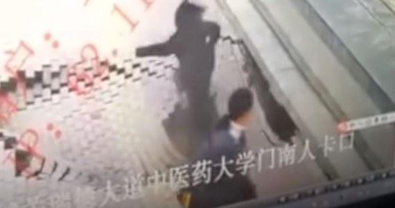 W Chinach kamera monitoringu zarejestrowała tragiczny incydent, kiedy pod spacerującą kobietą zawalił się chodnik.