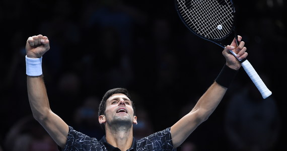 Serb Novak Djokovic pewnie wygrał z Amerykaninem Johnem Isnerem 6:4, 6:3 w swoim pierwszym meczu rozgrywanych w Londynie ATP Finals, czyli kończącego sezon turnieju masters tenisistów. W turnieju debla Łukasz Kubot i Brazylijczyk Marcelo Melo przegrali z Amerykanami Mike'em Bryanem i Jackiem Sockiem 3:6, 6:7 (5-7). Mecz zakończył podwójny błąd serwisowy Polaka. Rozstawionym z numerem trzecim Polakowi i Brazylijczykowi nie udał się więc rewanż za porażkę w finale US Open.