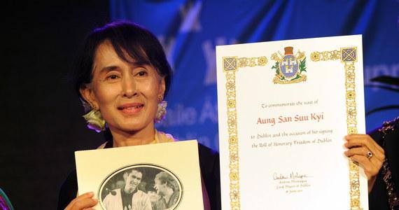 """Amnesty International pozbawiła Aung San Suu Kyi zaszczytnej nagrody Ambasadora Sumienia, którą przyznano jej w 2009 roku. Teraz Aung San Suu Kyi została pozbawiona tytułu w związku """"z haniebną zdradą wartości, które niegdyś wyznawała""""."""