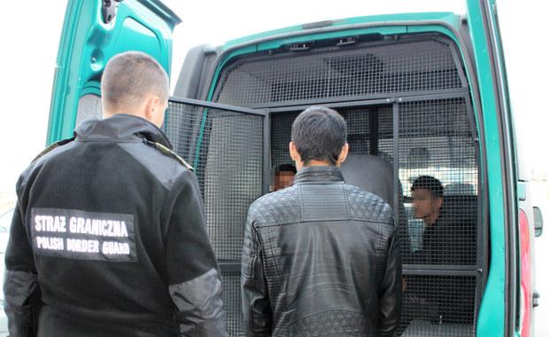 Czterech Afgańczyków zatrzymanych przez straż graniczną w Myszkowie w Śląskiem. Do Polski mężczyźni dotarli w naczepie ciężarówki. Dostali się do niej w Serbii. W Myszkowie zatrzymano ich na terenie firmy, gdzie ciężarówka miała być rozładowana.
