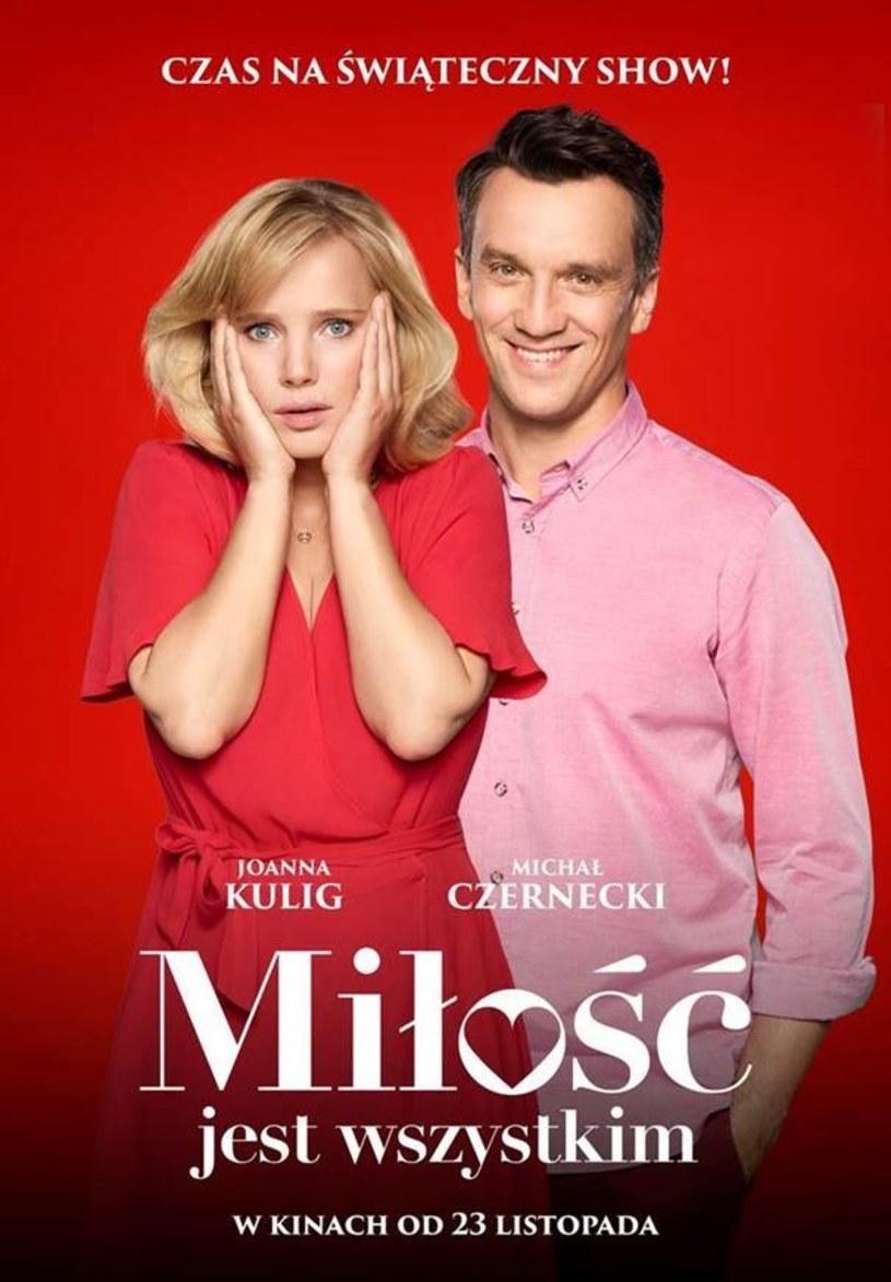 """Czy miłość zaskoczy ich tak jak zima drogowców? Joanna Kulig i Michał Czernecki w komedii """"Miłość jest wszystkim""""."""