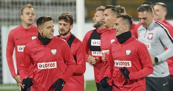 To będzie jeden z ostatnich testów przed przyszłorocznymi eliminacjami do mistrzostw Europy. Jutrzejszy mecz z Czechami to ostatnia sesja na poligonie doświadczalnym dla Jerzego Brzęczka, która nie przyniesie żadnych negatywnych konsekwencji, ponieważ to tylko mecz towarzyski. We wtorek natomiast czeka nas starcie z Portugalią, w którym stawką będzie rozstawienie w losowaniu przyszłorocznych eliminacji.